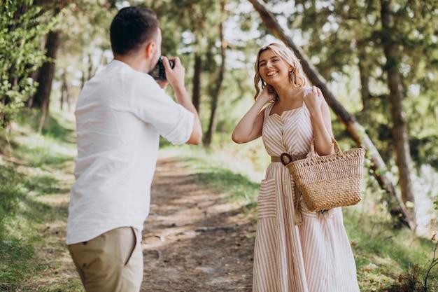 Jovem casal fazendo fotos na floresta