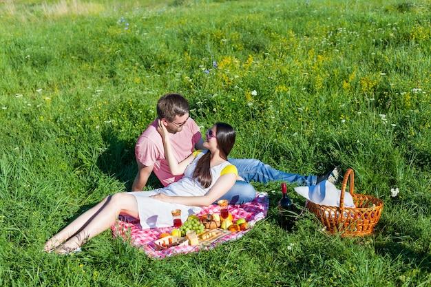 Jovem casal fazendo piquenique