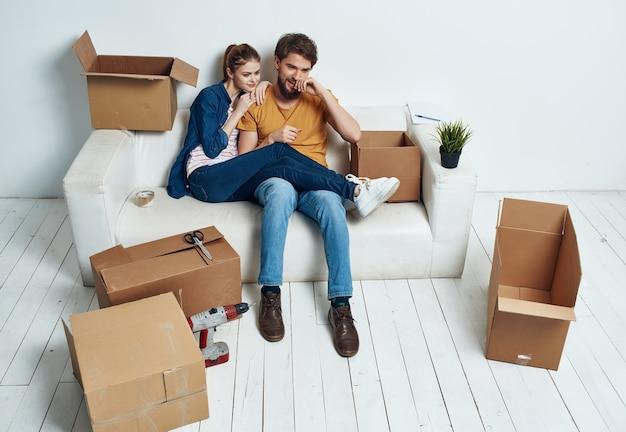 Jovem casal fazendo reforma de inauguração no apartamento