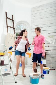 Jovem casal fazendo reparo em casa