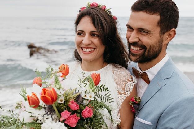 Jovem casal fazendo um casamento na praia