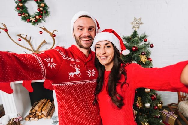 Jovem casal feliz abraçando e alcançando as mãos