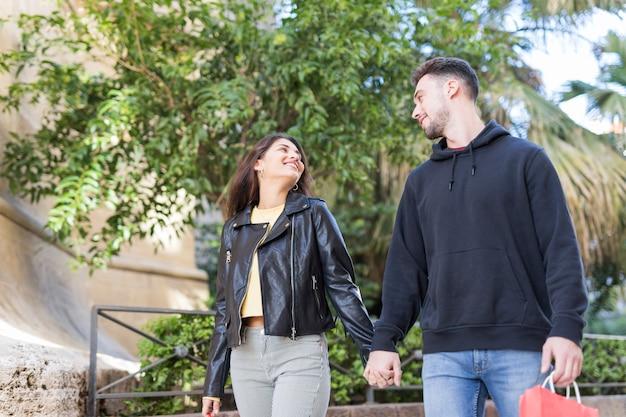 Jovem casal feliz andando na rua