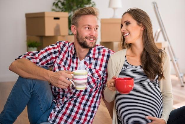 Jovem casal feliz bebendo chá