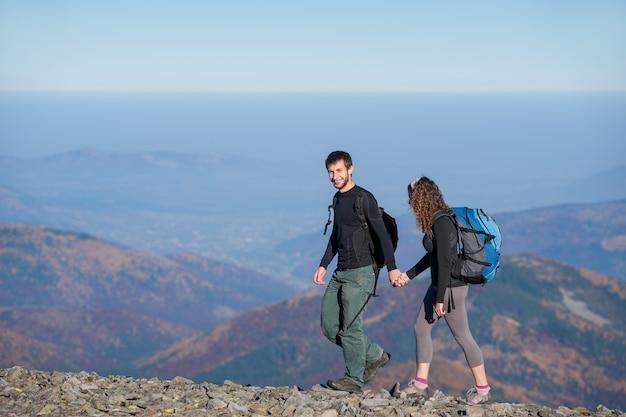 Jovem casal feliz, caminhadas nas belas montanhas
