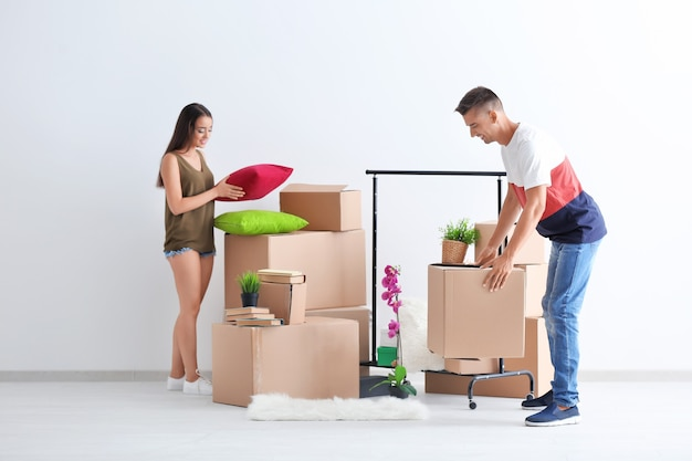 Jovem casal feliz com caixas de papelão na sala