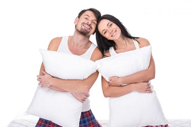 Jovem casal feliz com travesseiro