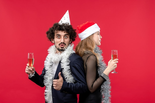 Jovem casal feliz comemorando o amor de natal