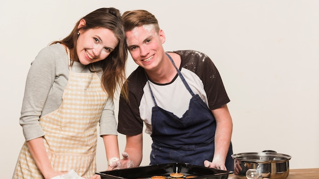 Jovem casal feliz cozinhar juntos