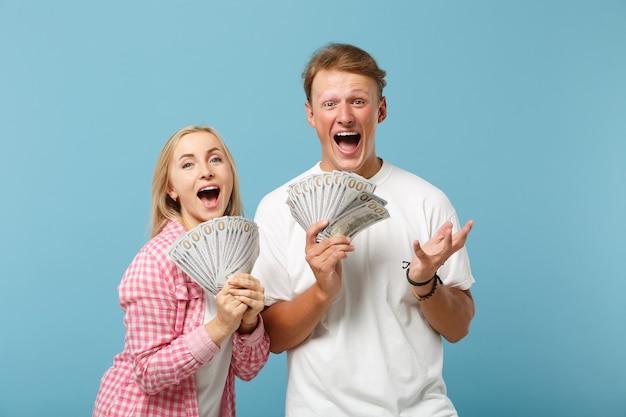 Jovem casal feliz, dois amigos, cara e mulher em camisetas brancas rosa posando