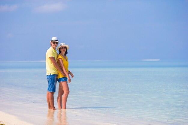 Jovem casal feliz durante as férias de praia tropical