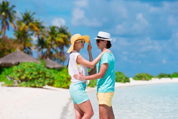 Jovem casal feliz durante as férias de verão na praia