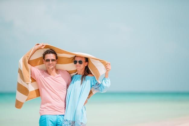 Jovem casal feliz durante férias de praia tropical