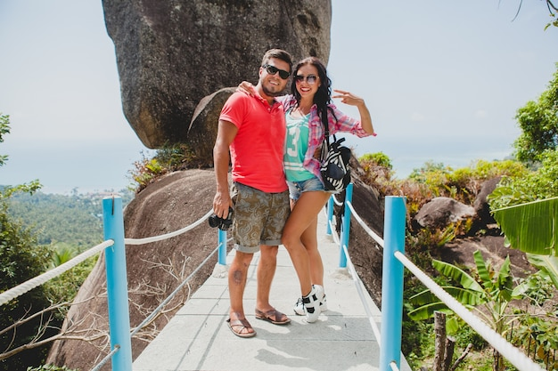 Jovem casal feliz e moderno apaixonado viajando pelo mundo