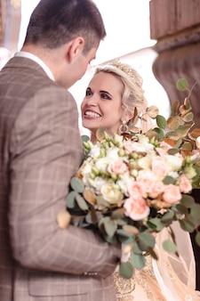Jovem casal feliz e romântico celebrando seu casamento