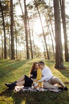 Jovem casal feliz esperando bebê
