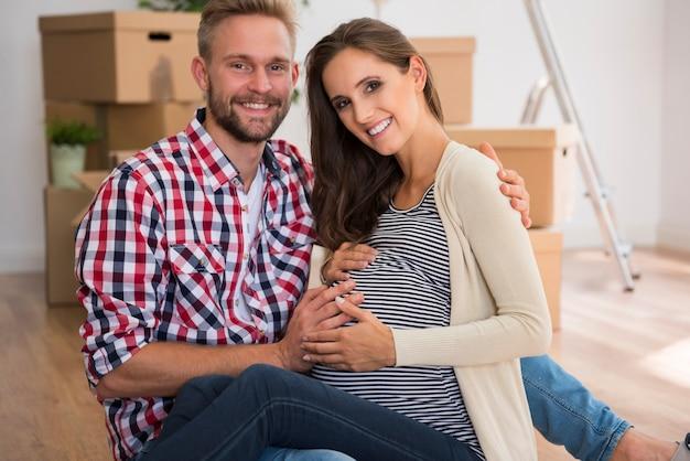 Jovem casal feliz esperando seu primeiro filho