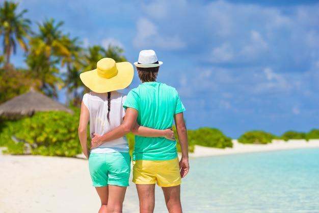 Jovem casal feliz na praia branca em férias de verão