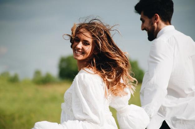Jovem casal feliz no amor