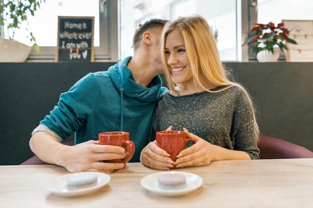 Jovem casal feliz no café