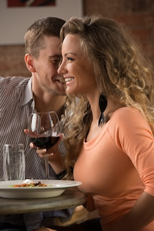 Jovem casal feliz no encontro romântico