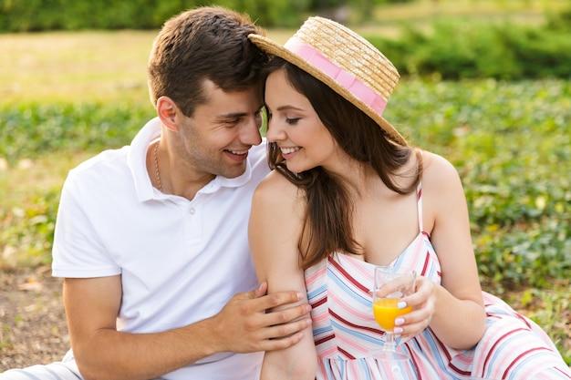 Jovem casal feliz passando bons momentos juntos