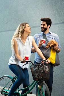 Jovem casal feliz passando um tempo junto com o cachorro e as bicicletas