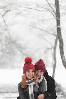 Jovem casal ficar ao ar livre no inverno