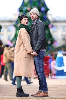 Jovem casal fofo com roupas quentes ao ar livre