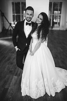Jovem casal fofo no casamento