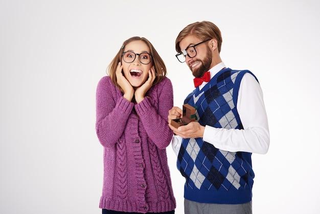 Jovem casal geek engraçado noivado isolado