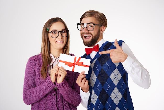 Jovem casal geek engraçado se divertindo isolado