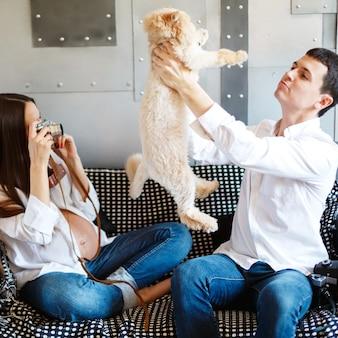 Jovem casal grávida com gato