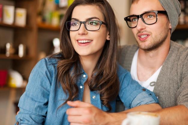 Jovem casal hippie num café