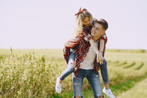 Jovem casal homem e mulher em um campo de verão
