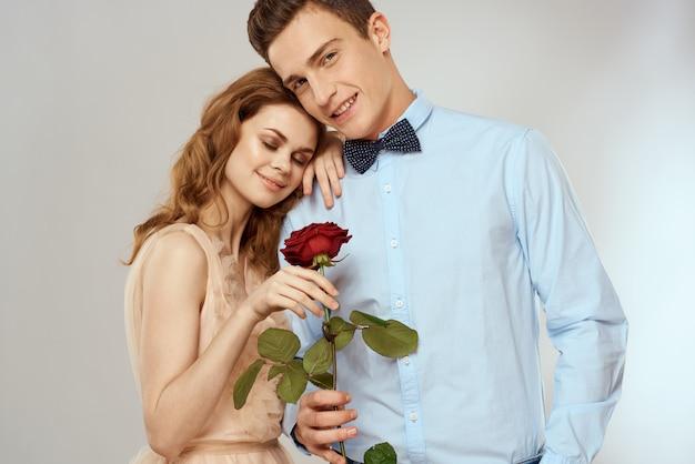 Jovem casal homem e mulher pessoas bonitas juntos. homem e mulher relacionamento romântico e sexual