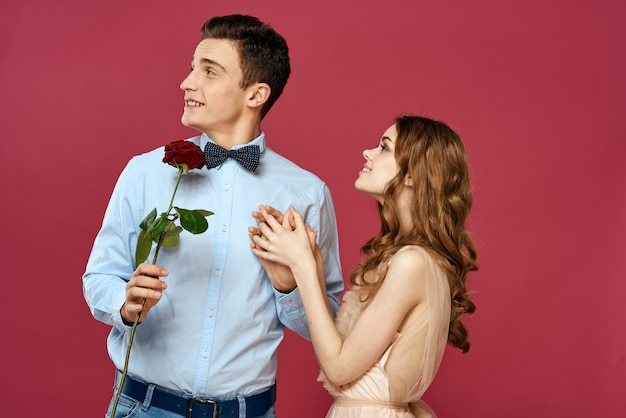 Jovem casal homem e mulher pessoas bonitas juntos.