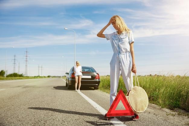 Jovem casal indo para uma viagem de férias no carro em um dia ensolarado