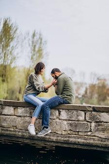 Jovem casal internacional juntos no parque