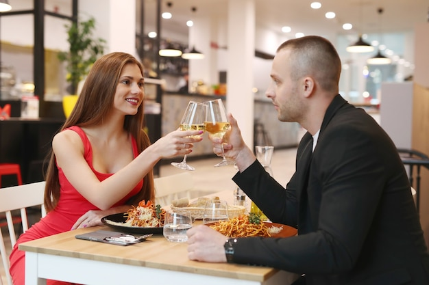 Jovem casal jantando no restaurante