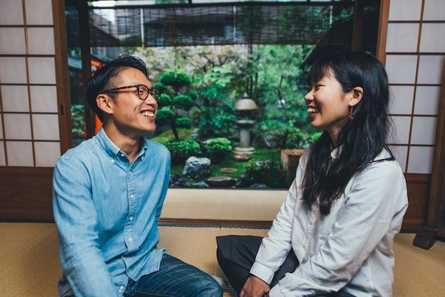 Jovem casal japonês passar um tempo em sua casa