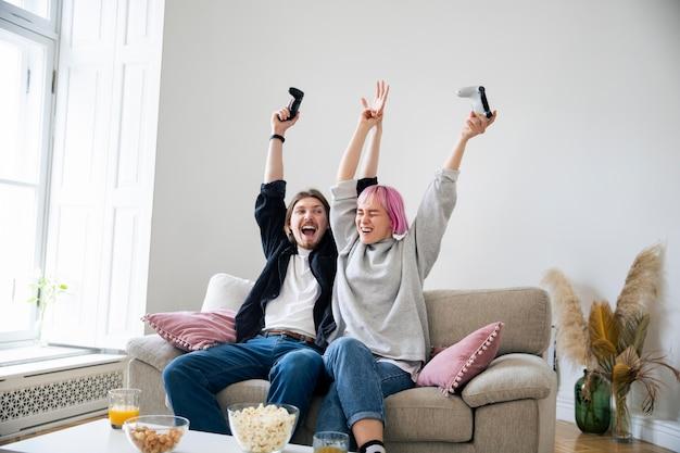 Jovem casal jogando videogame em casa