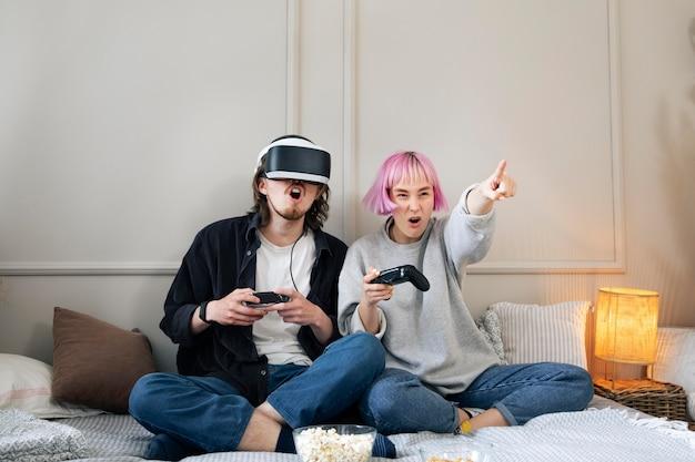 Jovem casal jogando videogame