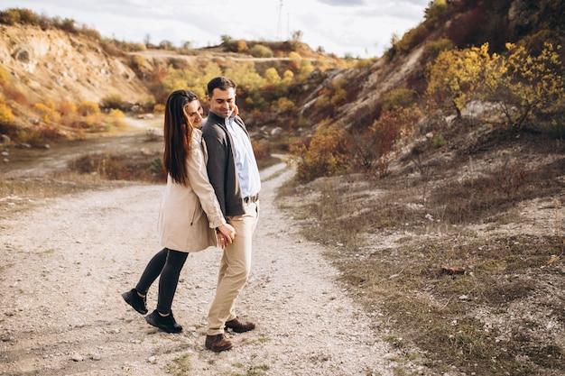 Jovem casal junto em uma natureza de outono