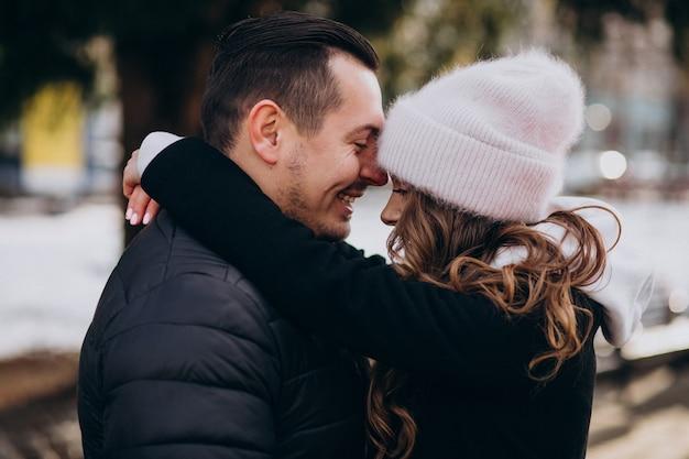 Jovem casal junto em uma rua de inverno em um dia dos namorados