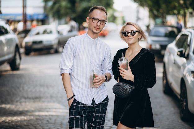 Jovem casal junto na cidade