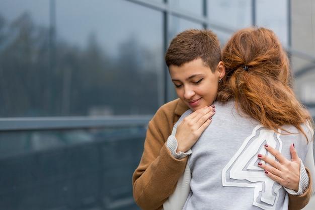 Jovem casal junto no amor
