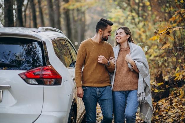 Jovem casal junto no parque de carro