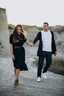 Jovem casal junto no parque, história de amor