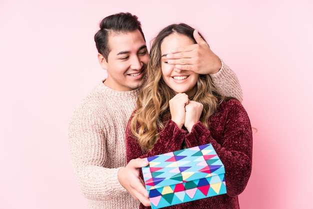 Jovem casal latino com um presente